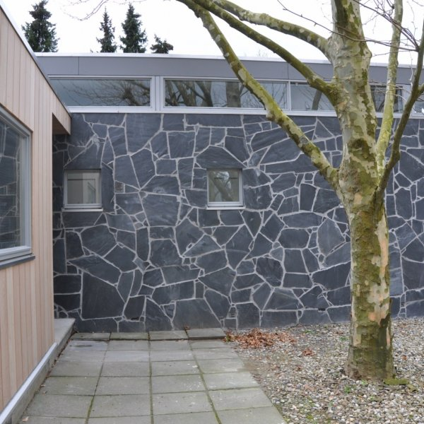 Wandbekleding Flagstones. Afgevoegd met ARDEX GK Grijs.