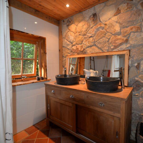 Rocks Steenstrips Mandris in de badkamer. Kijk voor meer informatie www.natuursteenstrips.nl