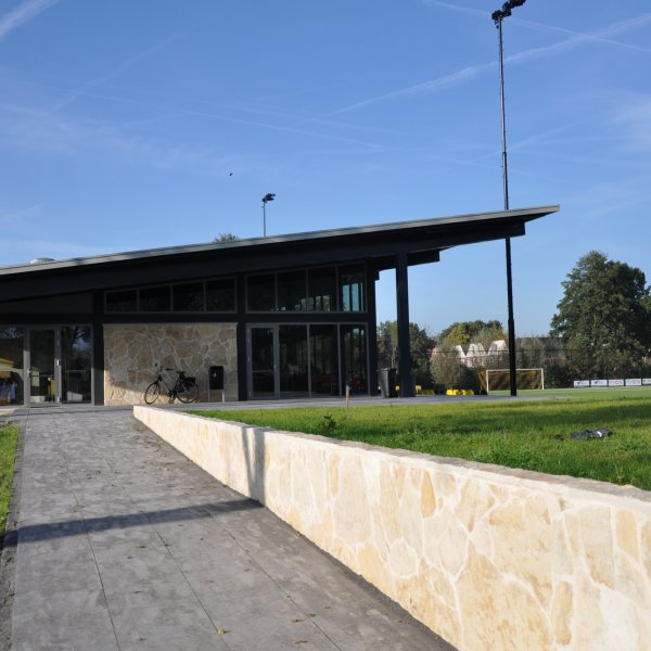 Natuurstenen - ontwerp van duurzaam sportpark Amstelhoef met Flagstone wandbekleding.