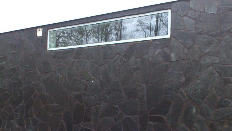 Natuurstenen muren Zwart van kleur.