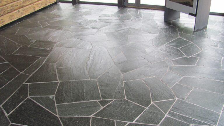 Natuurstenen vloeren zwart.