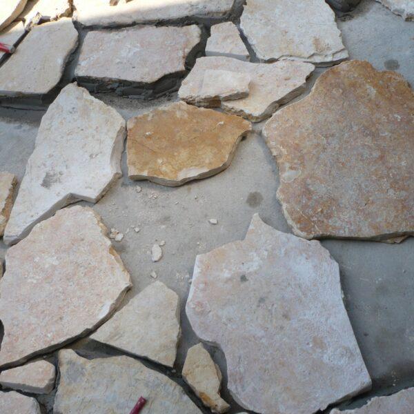 Aanleg mediterrane tuin met Yellow Saliq Flagstones, nog niet gevoegd.