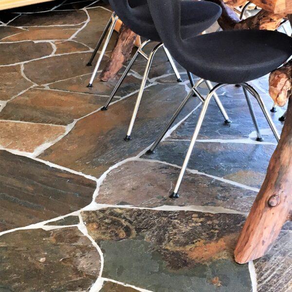 Speelse Vloer natuursteen binnen.