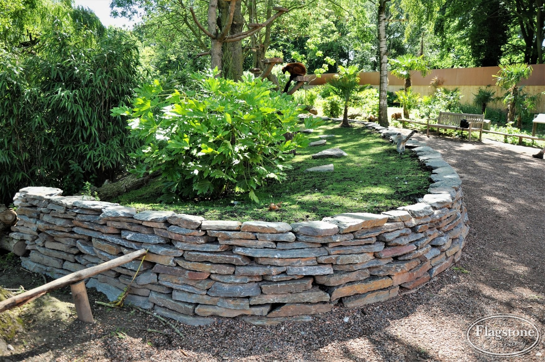 Stenen Muur Voortuin : Gestapelde natuurstenen muren maken met vlakke flagstones foto s