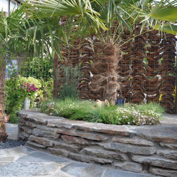 Violetto Flagstones stapelmuur. Terras is voorzien van Kleansis Plakes Flagstones.