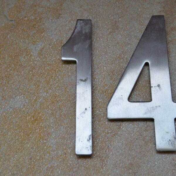 Huisnummer bevestiging op Flagstones