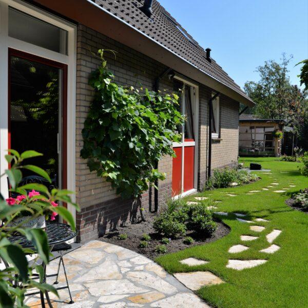 Onderhoudsvrij terras met tuinpad