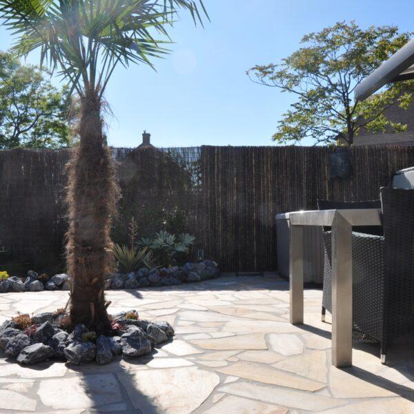 Tropische tuin met Flagstones.