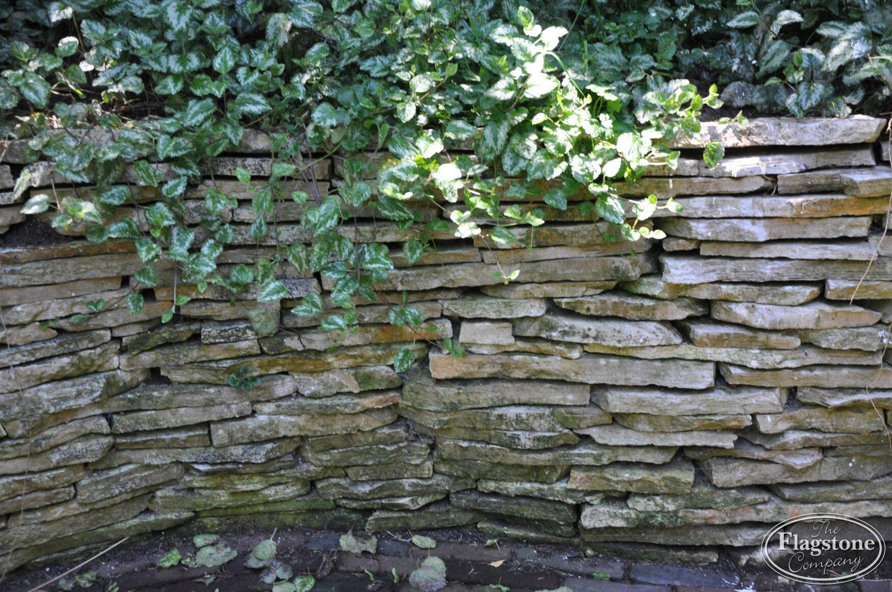 Stenen Muur Tuin : Gestapelde natuurstenen muren maken met vlakke flagstones foto s