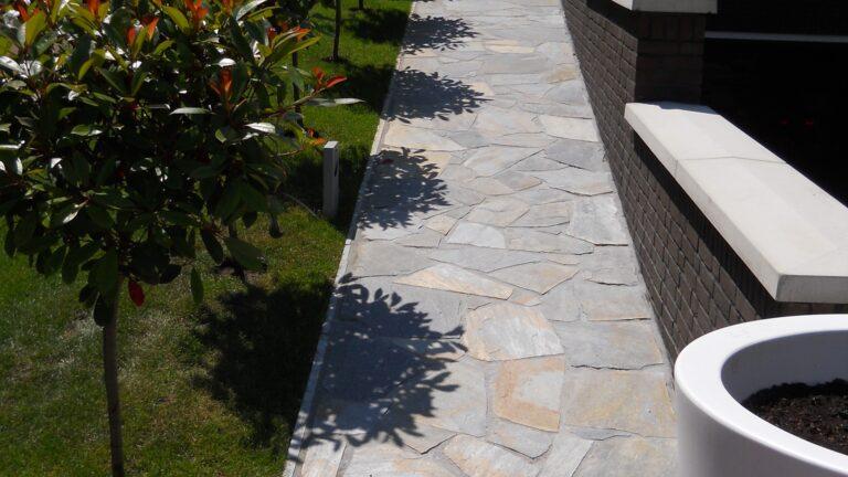 Terras/tuinpad Blue Plakes Flagstones. Realisatie: Aannemingsbedrijf G. van den Berk B.V.