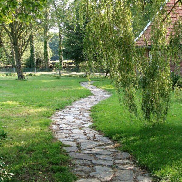Een lange tuinpad naar het huis.