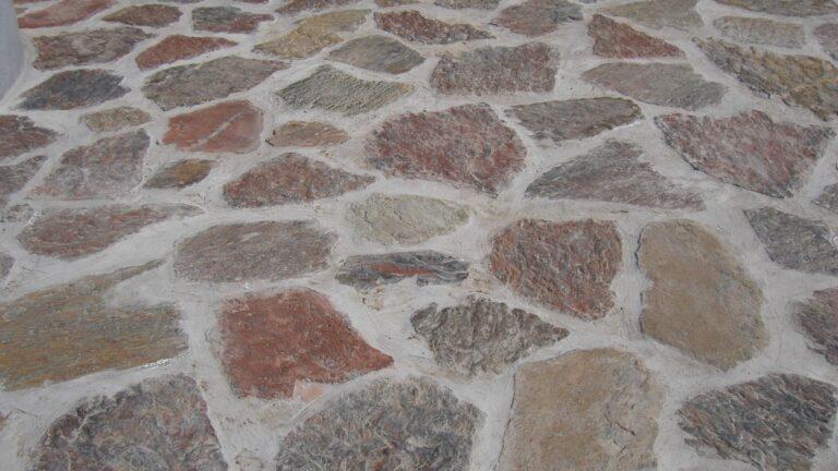 Violetto Flagstones. Doordat de Flagstones dik zijn, ontstaat er een brede voeg.