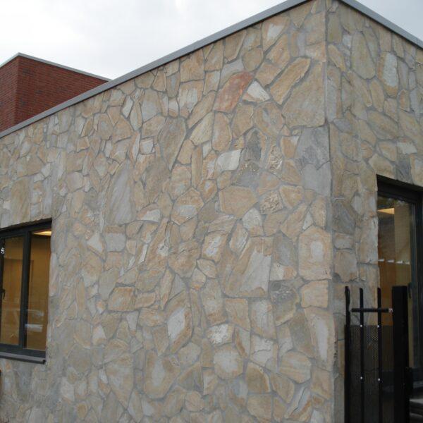 Zorgcentrum in Beek en Donk - Flagstone muren in aanbouw.