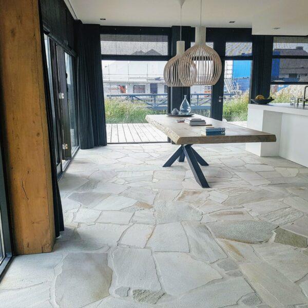 Witte keukenvloer met scherven Natuursteen.