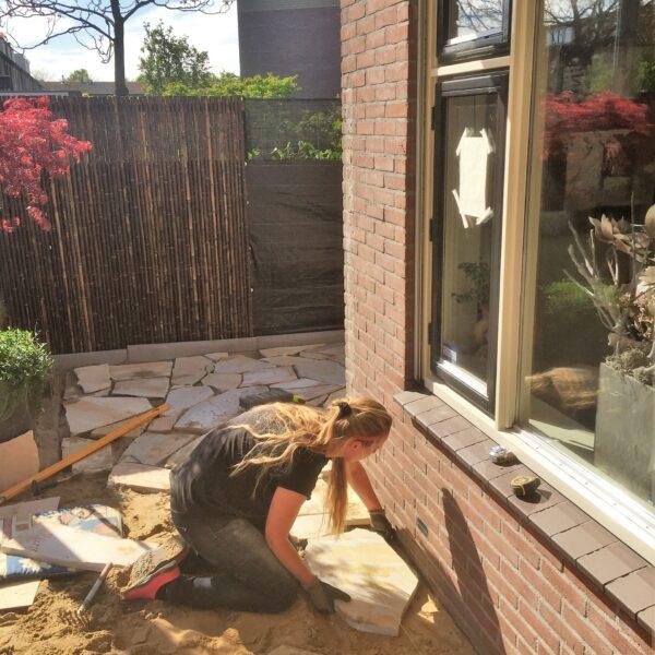 Ilona legt zelf de Flagstones in haar achtertuin.