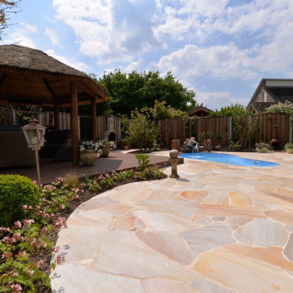 Flagstones in de achtertuin, heerlijk met zwembad.