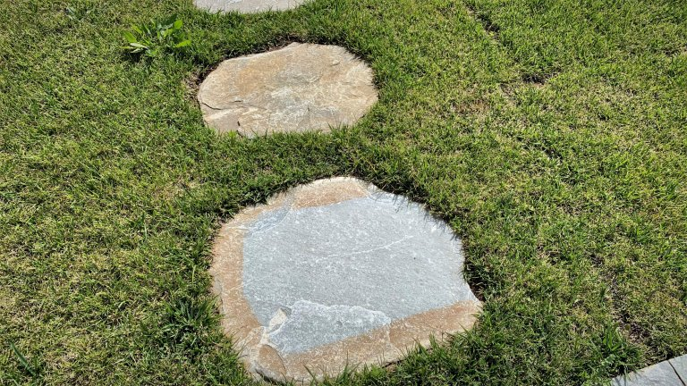 tegels voor in het gras los