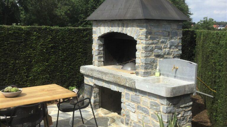 Buitenkeuken met natuurstenen wand en een Flagstone buitenvloer