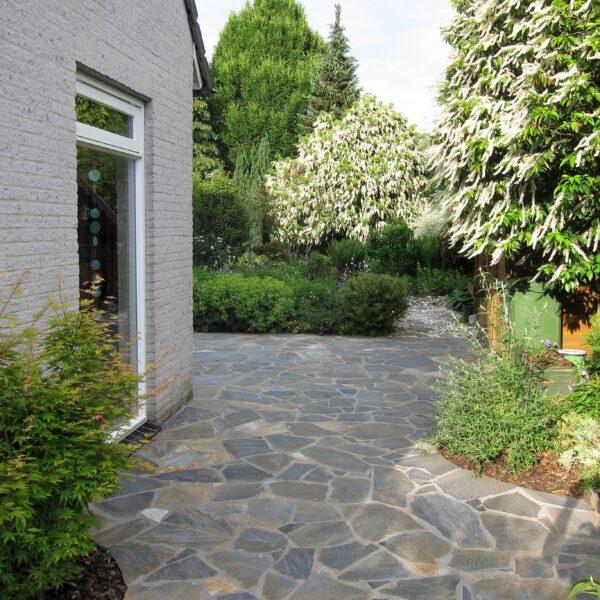 Flagstones terras langs het huis