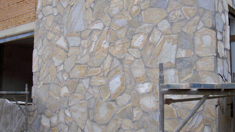 Flagstones plaatsen op de buitenmuur