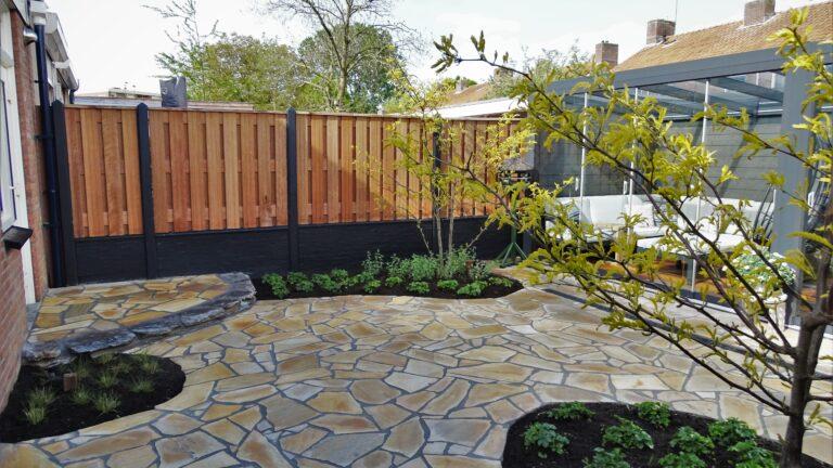 Flagstones plaatsen in achtertuin