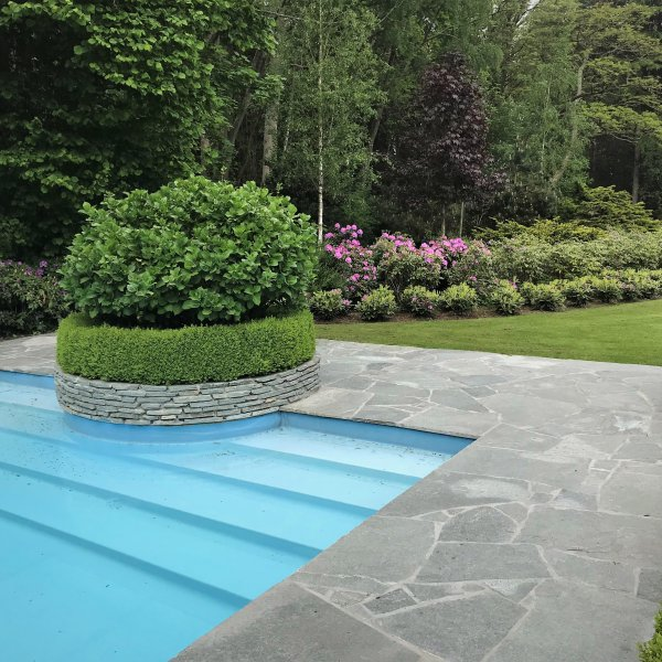 Flagstones bij het zwembad