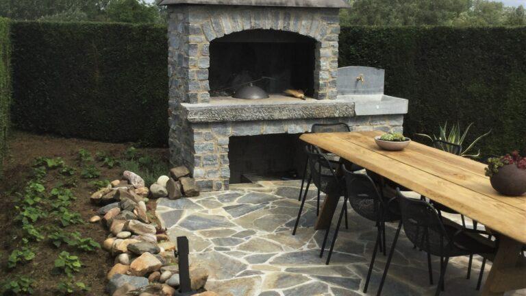 Buitenkeuken met steenstrips op Flagstone terras