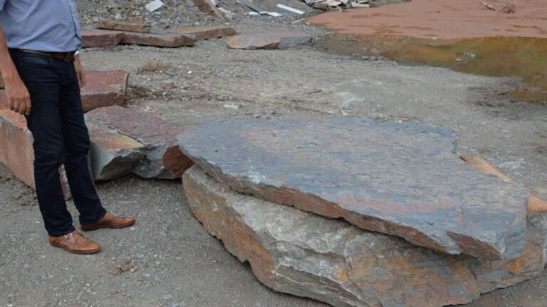 Grote stukken Natuursteen als stapsteen gebruiken