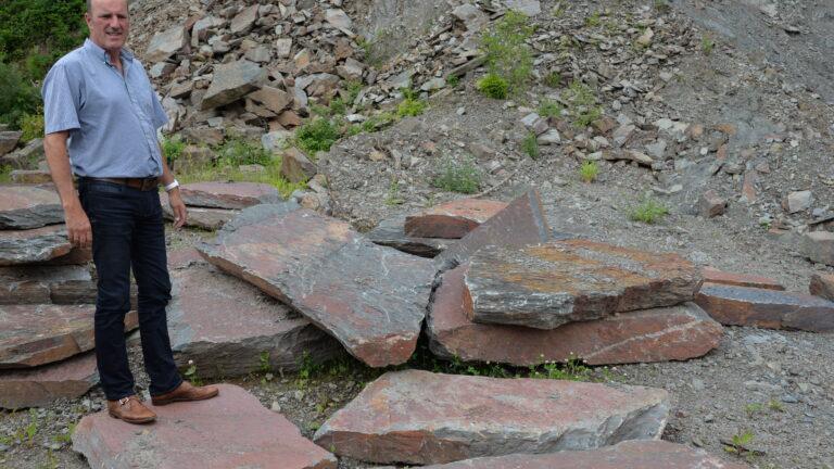Grote vlakke stenen uit de groeve