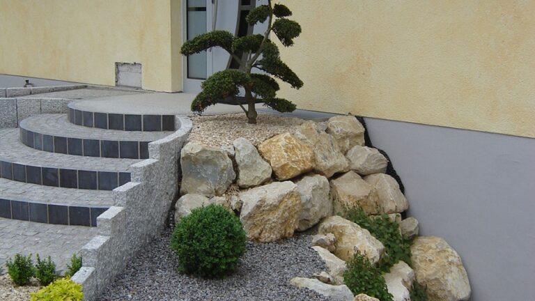 Natuurstenen brokken in de tuin
