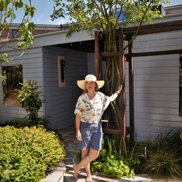 Dame op Flagstone terras in de tuin